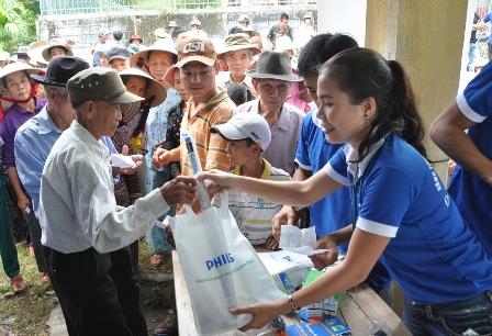 philips tặng bóng đèn cho người dân nghèo