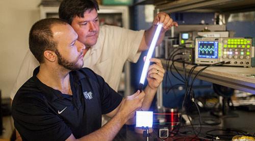 Nhà khoa học đang phát minh đèn led